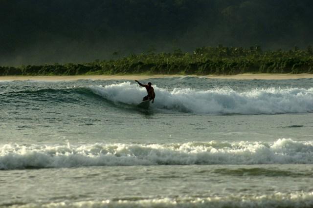Suasana Ombak Di Pantai Pulau Merah