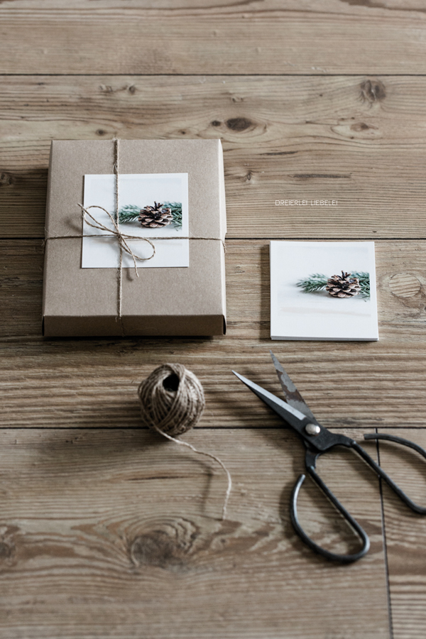 Weihnachtliche Geschenkverpackung mit Polaroidfotos