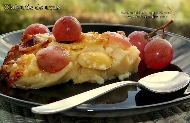 Clafoutis de uvas rojas y blancas.