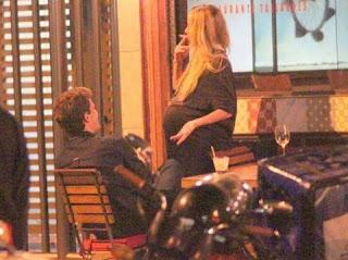 Às vésperas do nascimento de Guy, filho da atriz com o ator Jonatas Faro, Winits foi flagrada por fotógrafos com um cigarro na mão.