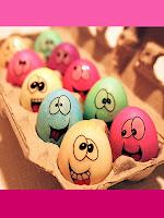 Великденски яйца с личица в различни цветове направени с ваденки