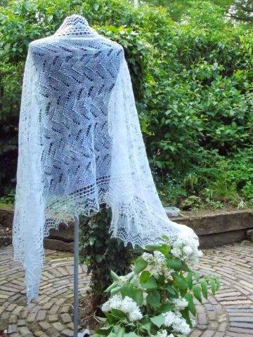 TE KOOP: een van de vele bruidssjaals.