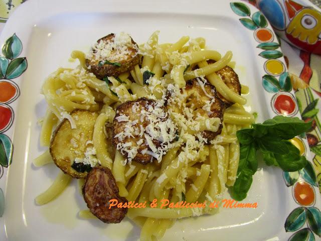 pasta con la zucchina fritta e ricotta salata