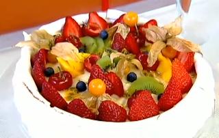 Merengue com creme e frutas