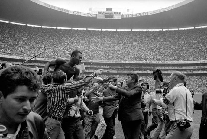 Pele on the shoulders of fans after winning the World Cup, 1970