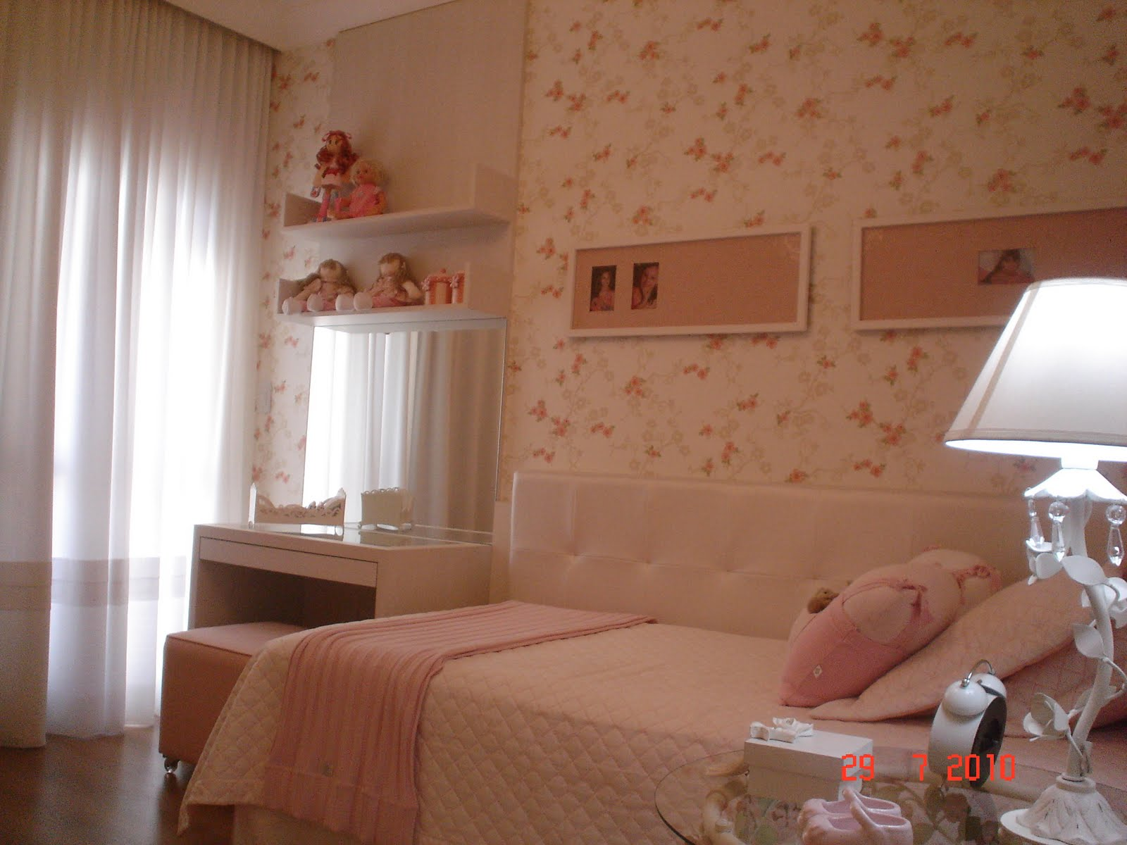 ambiente é todo revestido com papel de parede floral com tons de  #A93022 1600x1200