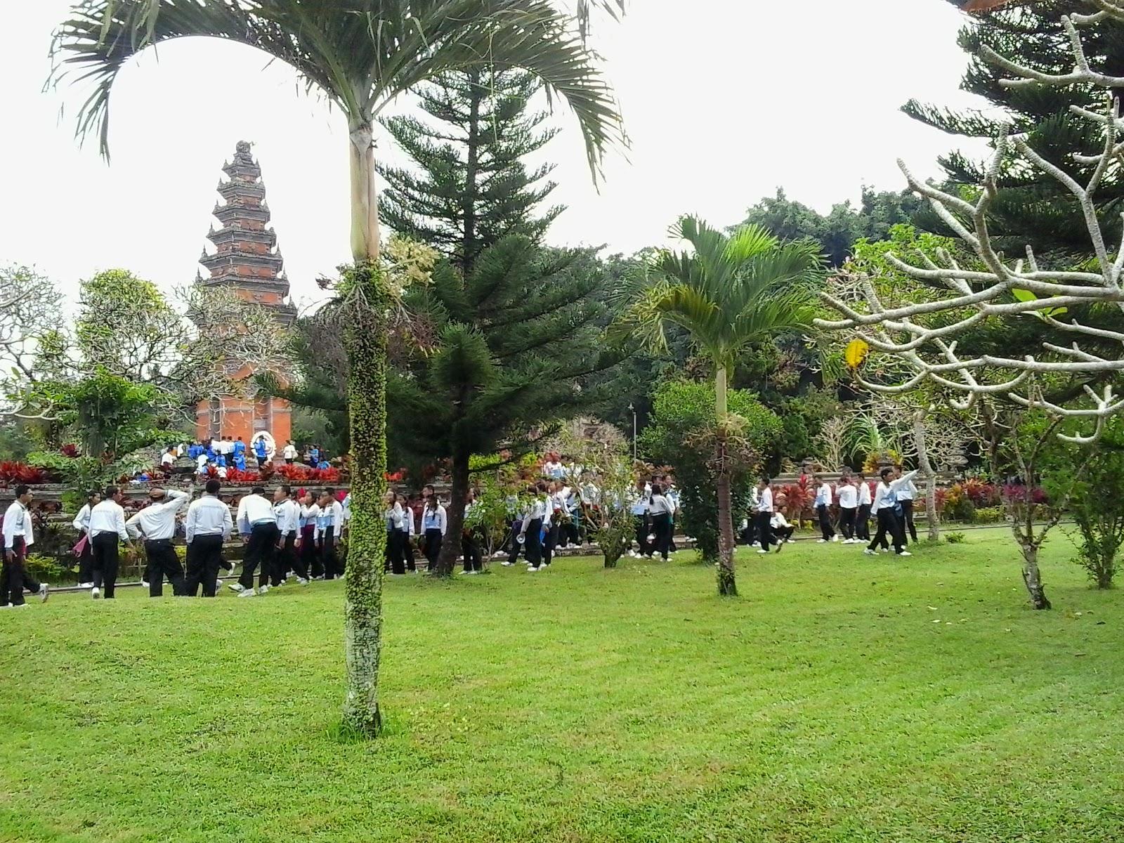 para siswa sembahyang dan menabur bunga di monumen I Gusti Ngurah Rai