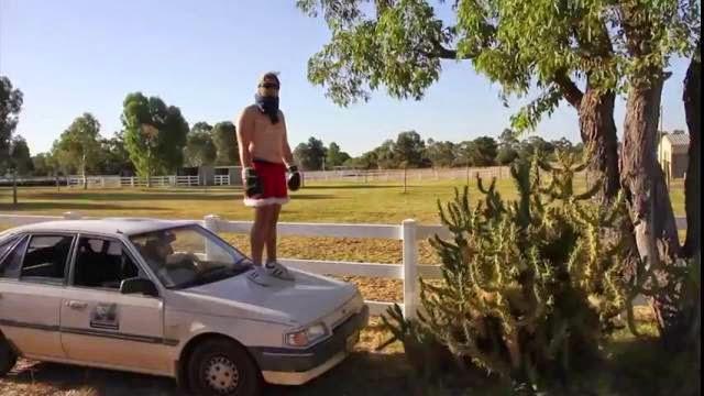 Un homme saute d'une voiture dans un cactus, accident très douloureux!