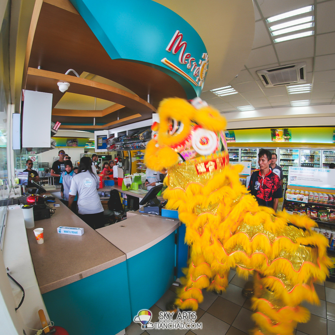 Lion Dance went in Kedai Mesra giving blessing