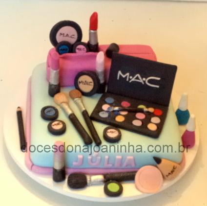 Bolo maquiagem Mac da Julia, com baton, sombras, pincéis
