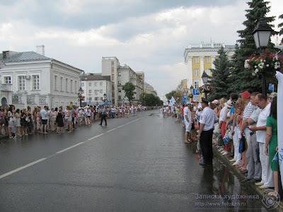 Зрители финиша эстафеты огня Универсиады на улице Кремлевской