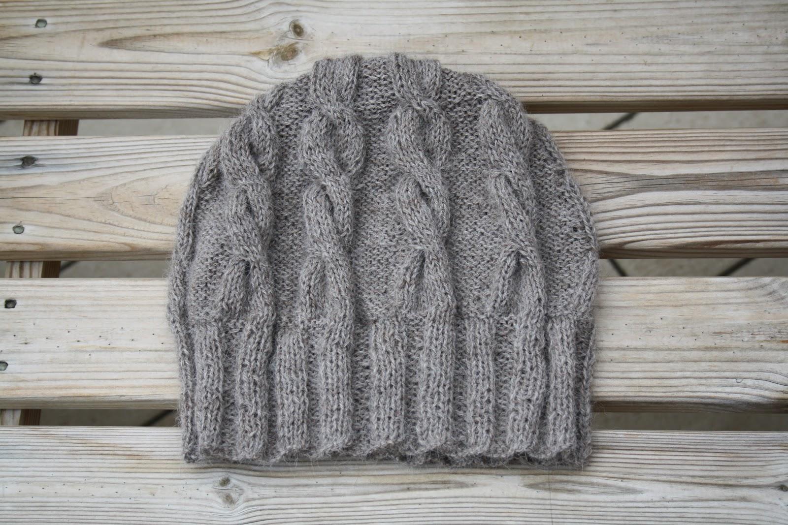 Sciarpa e cappello a maglia con le trecce