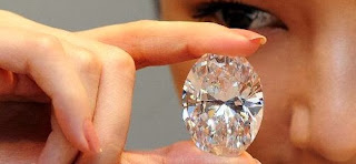 Un diamant blanc de 118,28 carats, taillé en forme d'oeuf, a été vendu lundi aux enchères pour 30,6 millions de dollars, a indiqué la maison Sotheby's, qui présentait cette pierre comme «la plus formidable jamais proposée» parmi les diamants transparents.