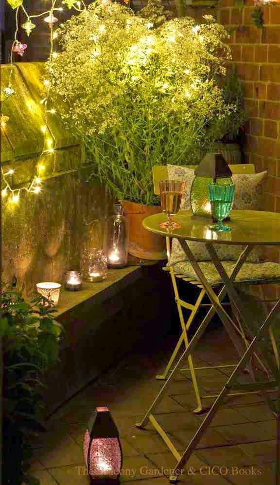 Aranżacja małego balkonu, small balkony ideas, lampiony na balkonie