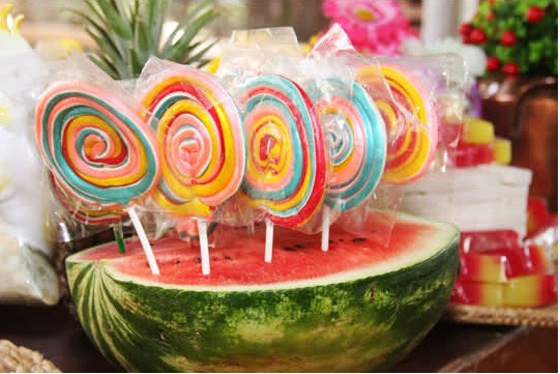 decoracao festa caipira:melancia pode ser base para pirulitos, bolo no palito, ou até milho