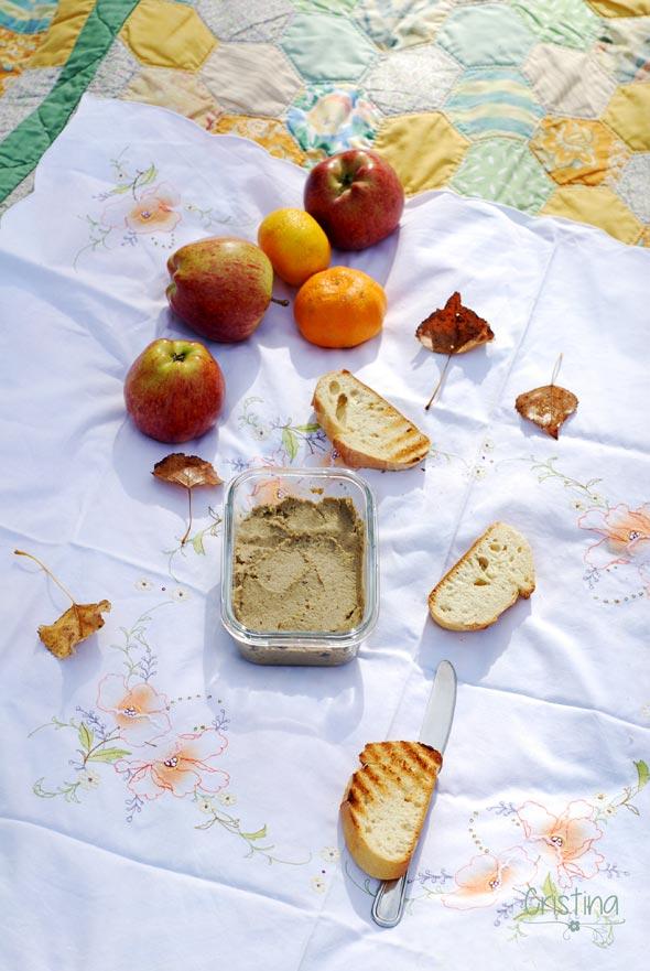 paté de berenjena, manzanas, mandarinas y pan