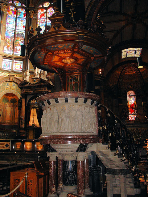 The pulpit inside Saint Nicholas was designed by Pierre Elysee van den Bossche at the end of the 19th century.