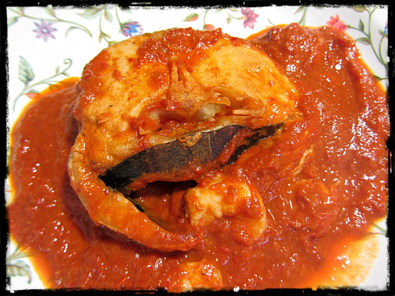 Merluza en salsa de tomates y pimientos secos - Cocinar merluza en salsa ...