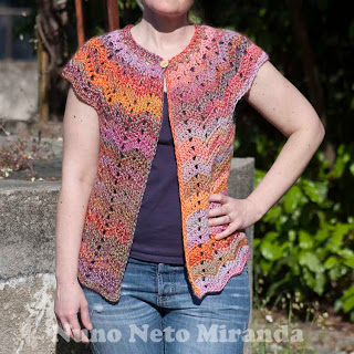"alt=""Chevron Lace Cardigan, sleevless, Ice Yarns Donna, casaco em crochet sem mangas"""