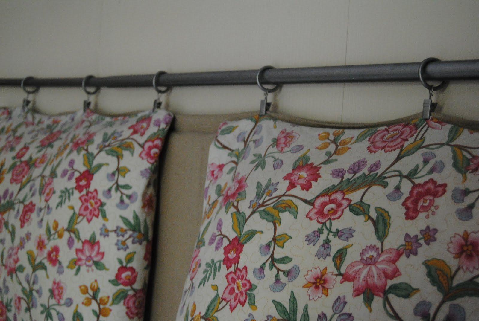 en este caso decid poner una barra de cortina esta es de ikea tapic dos colchonetas y con las mismas pinzas colg las mismas y un par de cojines