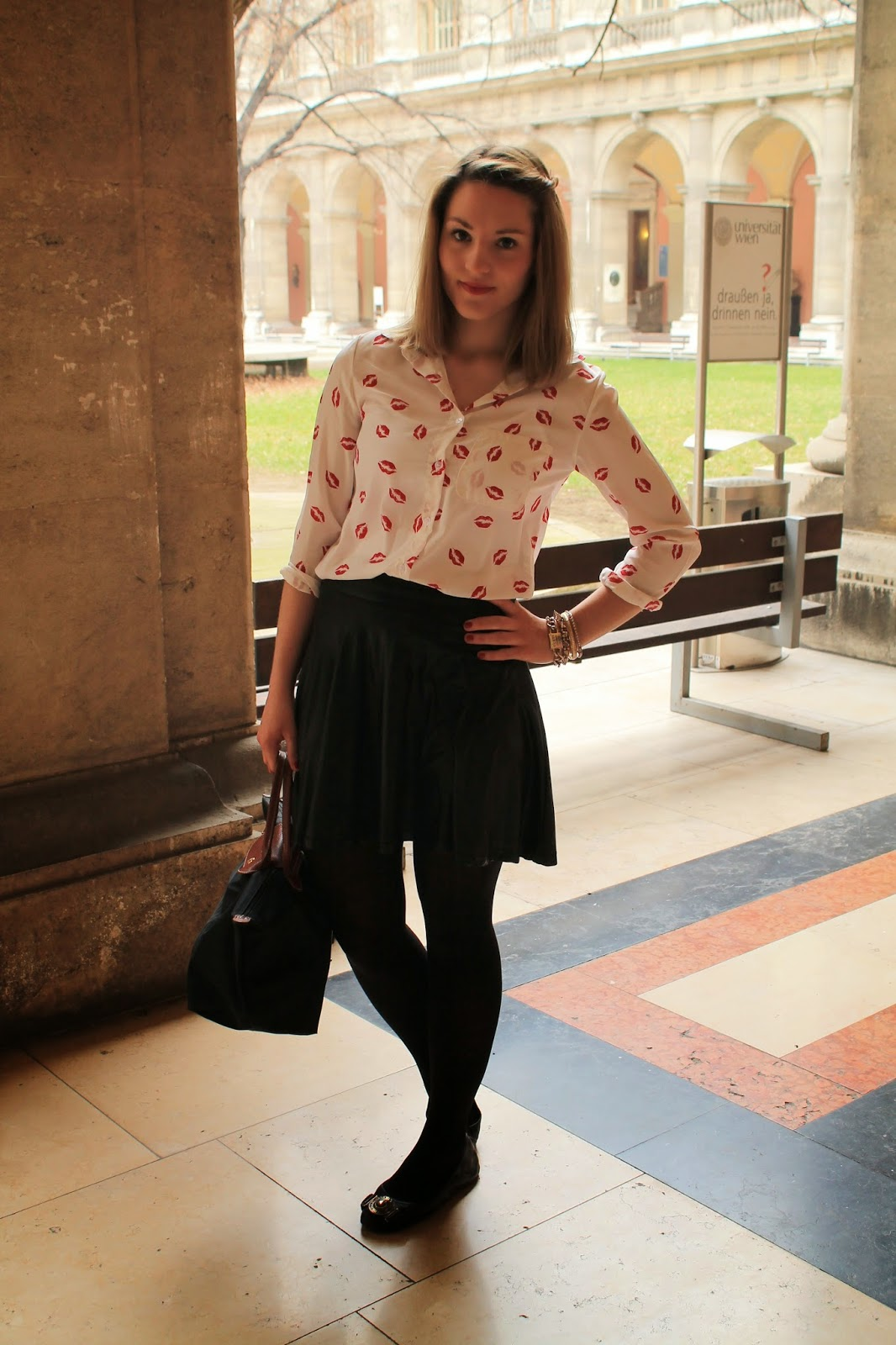 Fashiobnlogger Austria Österreich Kärnten Carinthia KLagenfurt Wien Vienna Streetstyle Style Outfit Look Black Leather Skirt Burberry Ballerinas black Flats Longchamp Le Bliage Persunmall Red Kisses Blouse College University Uni Wien Juridicum