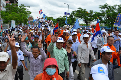 Crowds of supporters follow Sam Rainsy convoy
