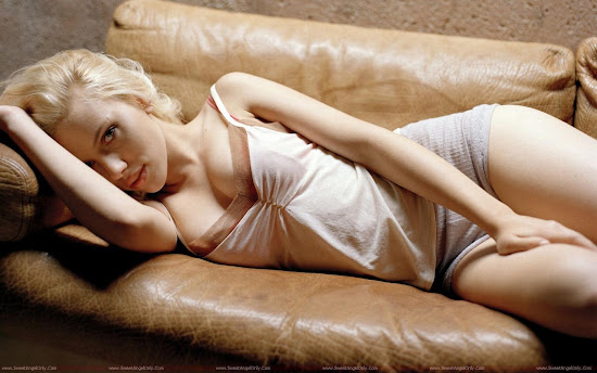 Scarlett_Johansson_resting_photo_shoot