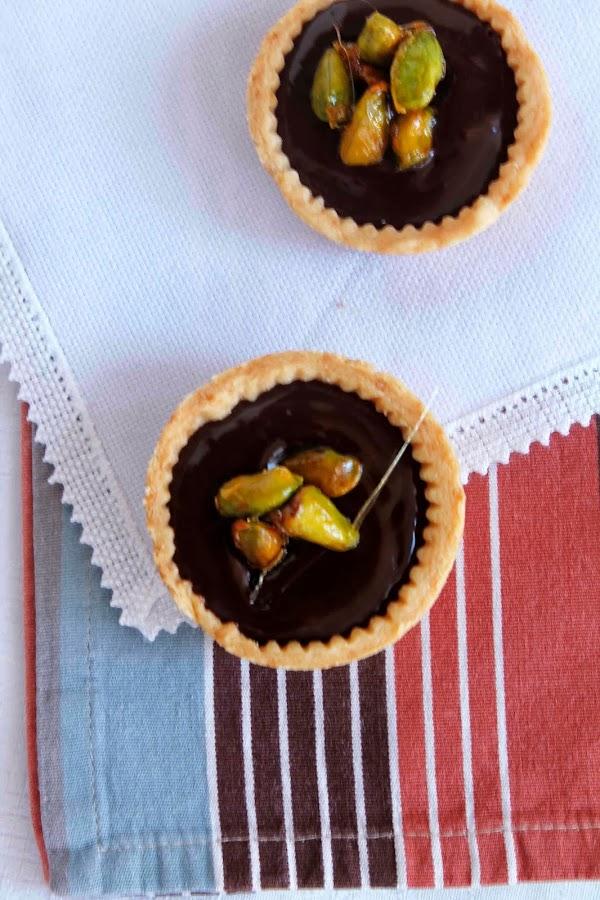 Tartaleta rellena de chocolate con pistachos caramelizados
