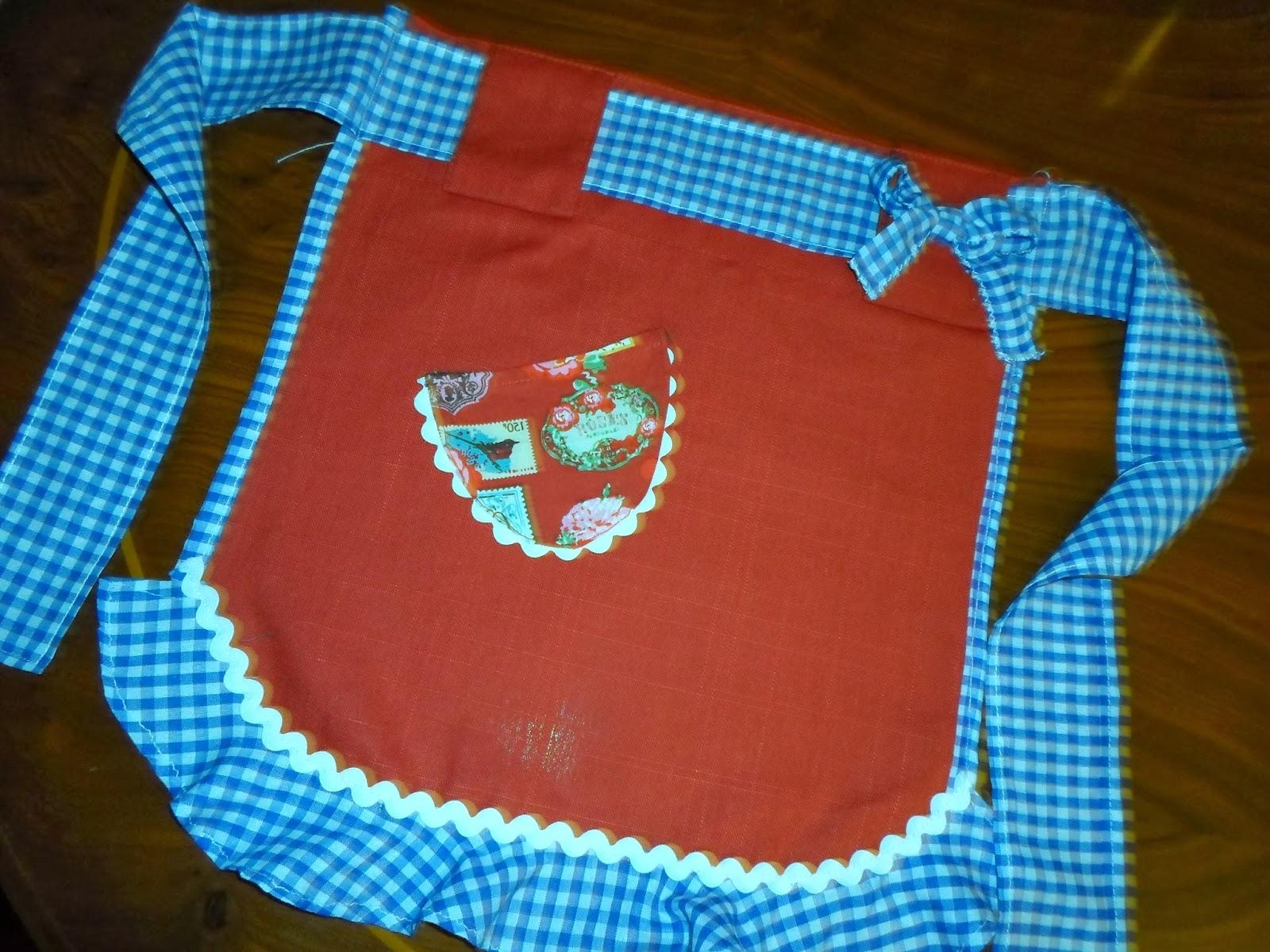 mandil de niña rojo con volante de vichy blanco y azul