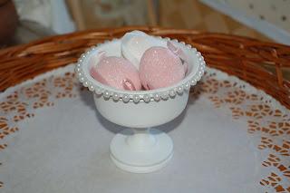 vitmålad skål med pärlhalsband, återbruk