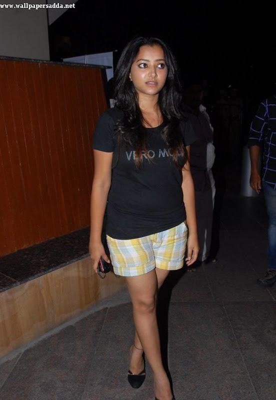 Swetha Basu hot thighs in mini shorts gallery pictures
