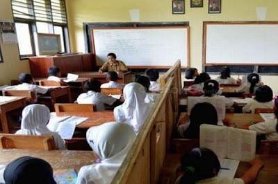 Guru SD Kurang tapi Mengapa Moratorium CPNS?