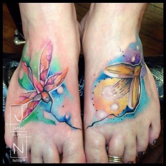 Tatuagens femininas nos pés flores