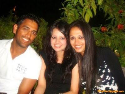 sakshi_rawat_in_middle_FilmyFun.blogspot.com