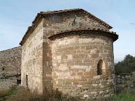 L'absis de Sant Jaume d'Olzinelles amb una finestra de doble esqueixada amb arc de mig punt adovellat