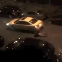 Mulher se joga na frente por carro do amante