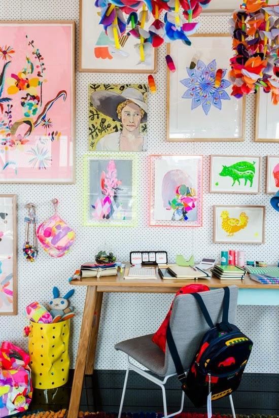 trabalhos e desenhos das crianças expostos na decoração