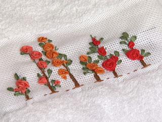 toalla con flores bordada en cinta