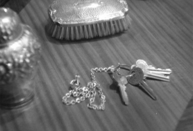 Fotograma de Encadenados en el que aparecen las llaves.