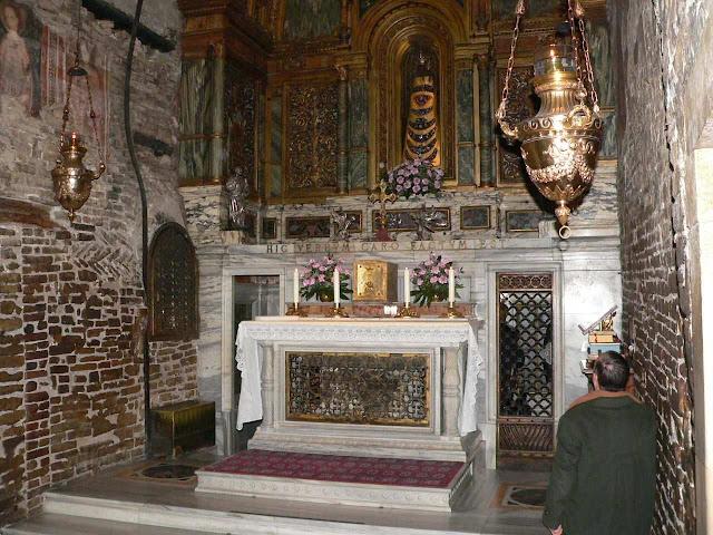 Loreto: a Santa Casa. O altar ocupa o lugar da gruta que ficou em Nazaré
