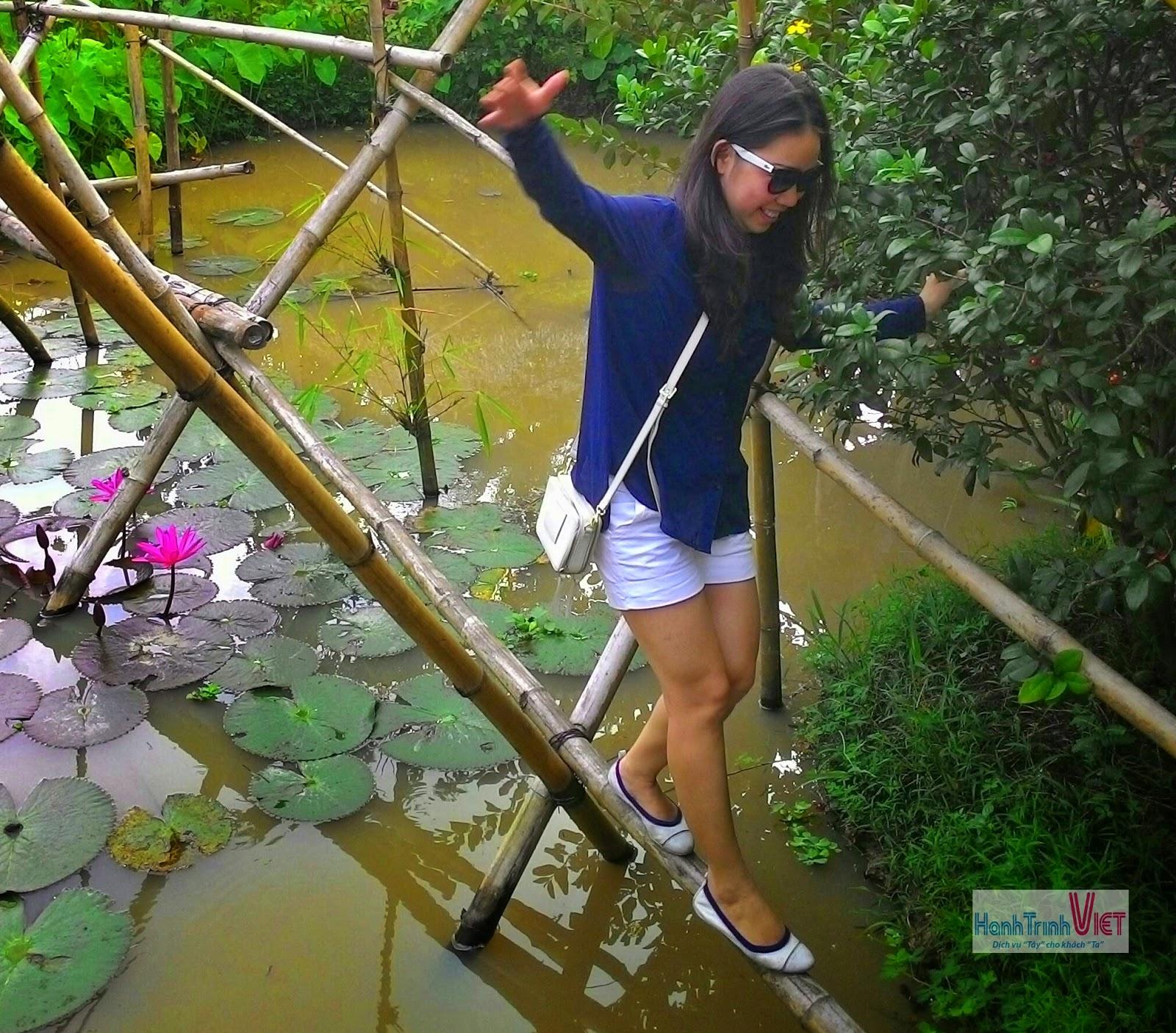 Du khách trải nghiệm đi cầu khỉ tại Cái Bè
