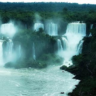 Parque Nacional de Iguazú: Salto Bossetti (direita) e Saltos Adão e Eva (centro da imagem).