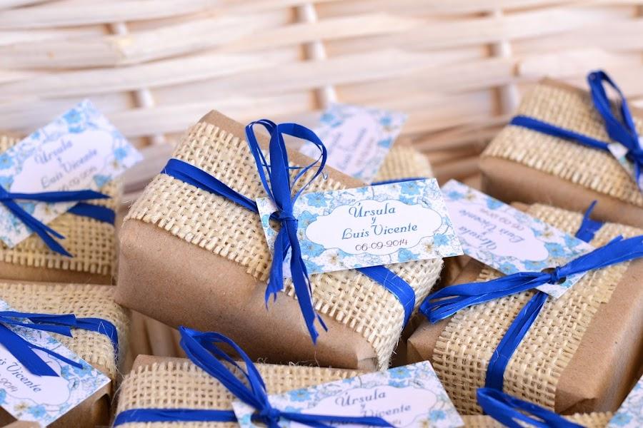 detalles de boda jabones decorados en colores naturales y azul klein