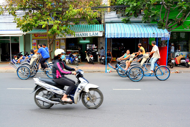 улицы Нячанга с мопедами