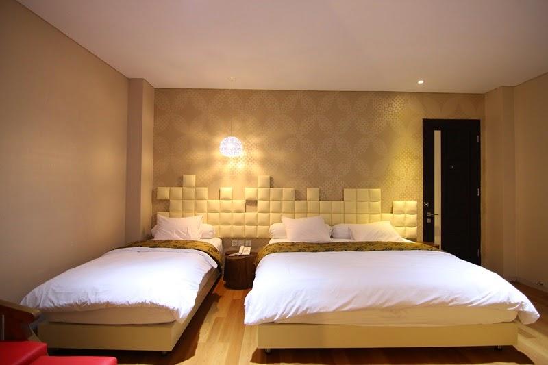 3 Orang Sekaligus Dengan 1 Bed Super Besar Dan Single VIP Room Juga Dilengkapi Sofa Yang Nyaman Serta Kamar Luas Ini Sangat