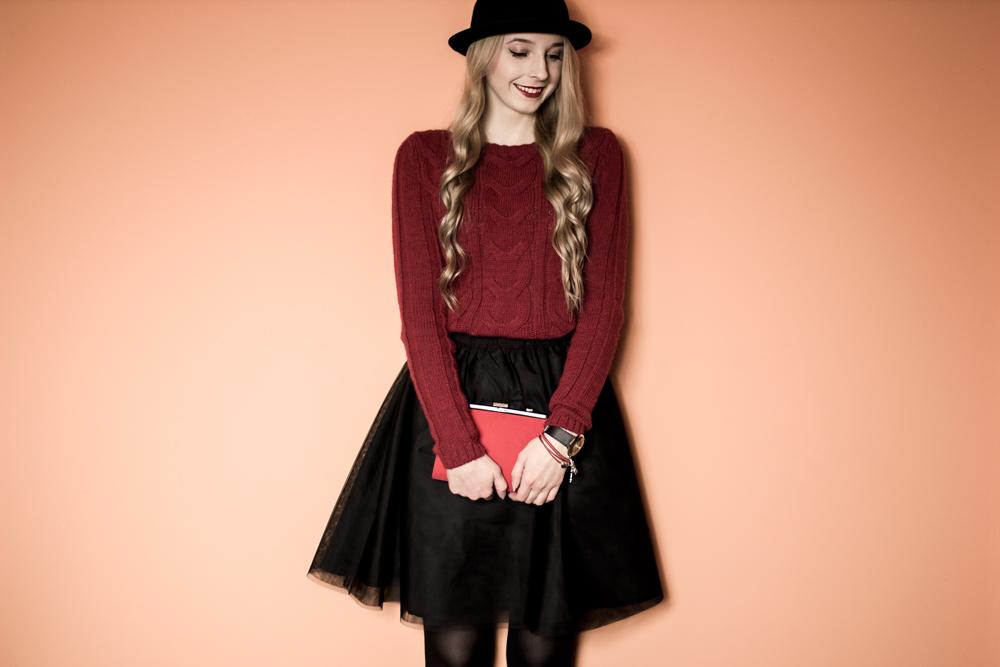 uśmiech blog modowy lifestylowy blondynka elegancka stylizacja kręcone włosy rozkloszowana tiulowa czarna spódnica aleksandra kupis blog kapelusz