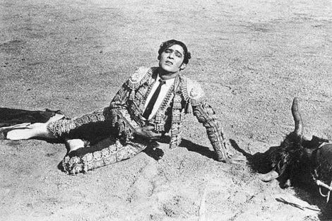 Fotograma de Sangre y Arena (1922). Aparece Rodolfo Valentino representando a un Torero en la Plaza