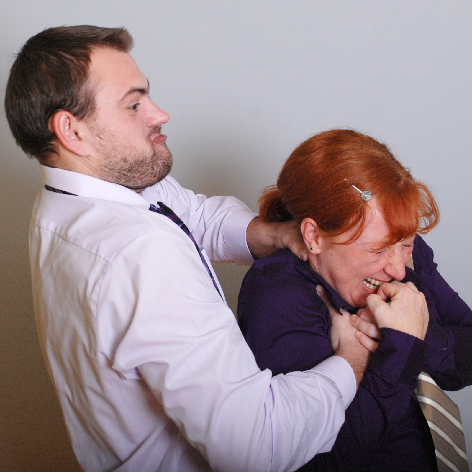 Pavel Kučera z legrace škrtí Radku Maňákovou, která se směje