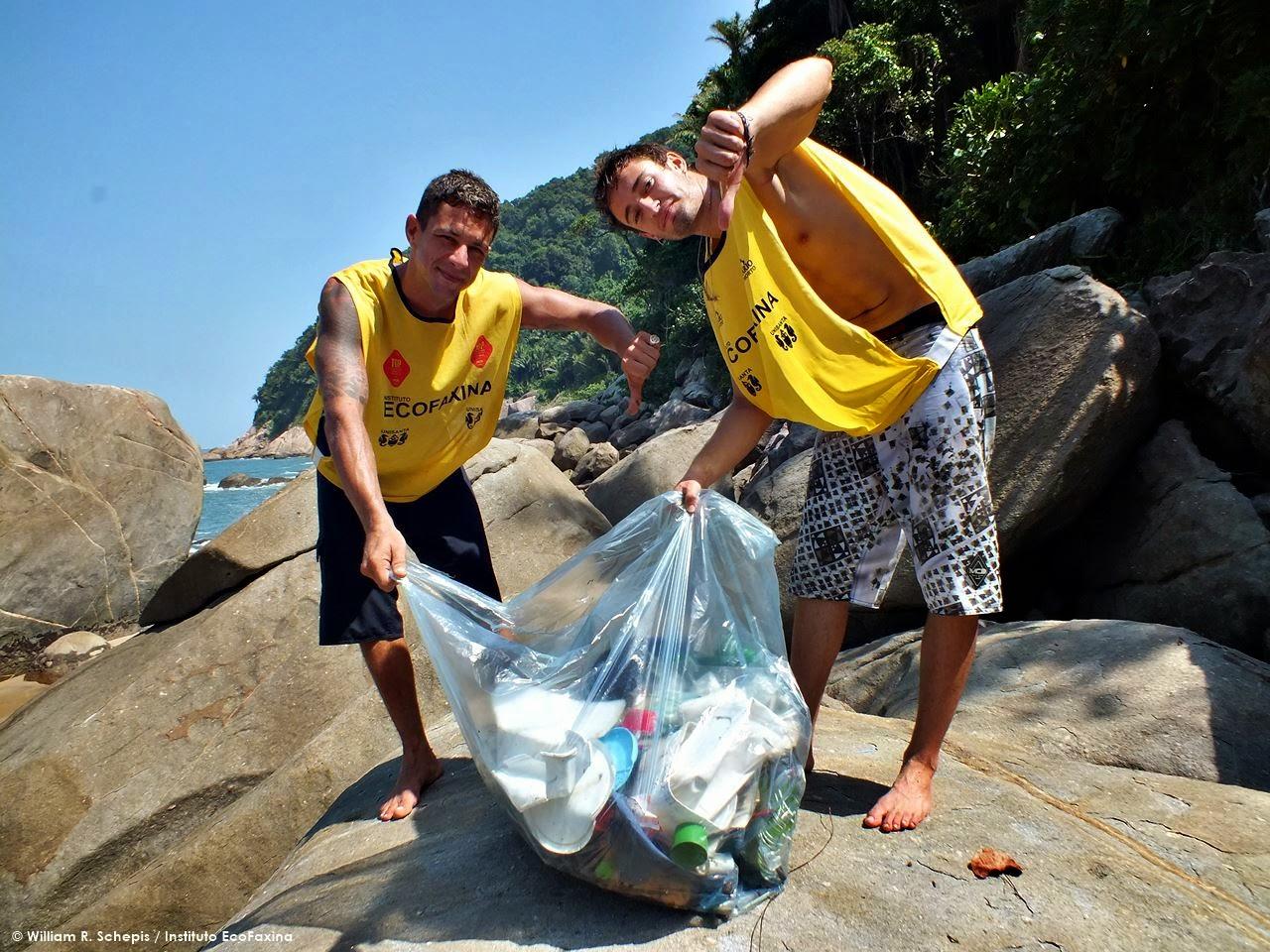 Voluntários do Instituto EcoFaxina exibem resíduos plásticos coletados em praia em Guarujá