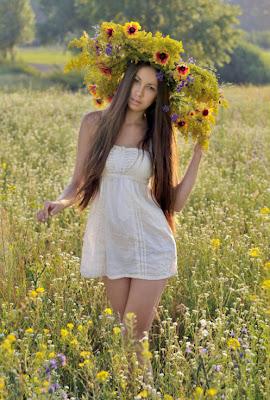 Hermosa mujer con sombrero de flores